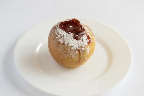 Печёное яблочко с клубничным джемом и орехами