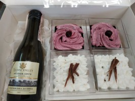 Коробочка: Десерты и вино